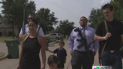 En Texas es legal caminar por la calle exhibiendo públicamente armas lar...