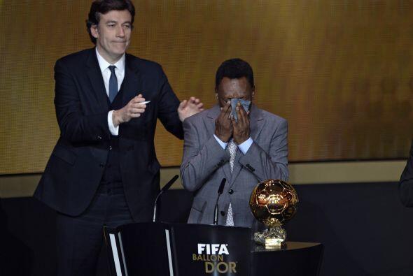 Mientras tanto, la gente presente se puso de pie para ovacionar a Pelé.