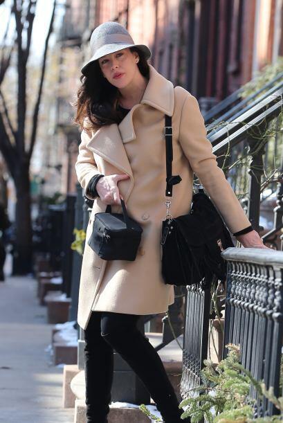Desafiando el frío neoyorquino, la bella apareció con un l...
