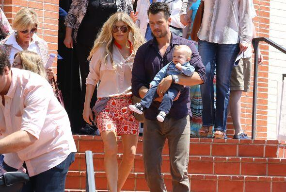 La cantante y su esposo llevaron al pequeño Axl a su primera misa...