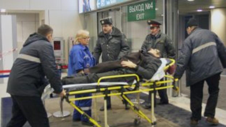 Policías y agentes de seguridad del aeropuerto Domodedovo de Moscú trasl...