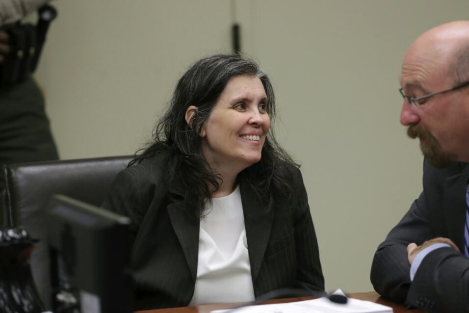 Louise Anna Turpin sonríe con su abogado durante la audiencia jud...