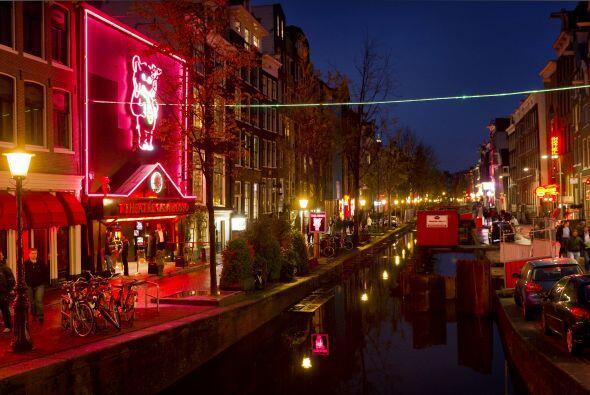 """En  el corazón de la capital holandesa se encuentra el """"Barrio rojo"""" con..."""