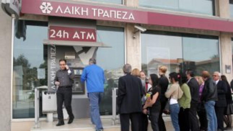 Durante estos días los clientes de Laiki hicieron fila afuera de los caj...