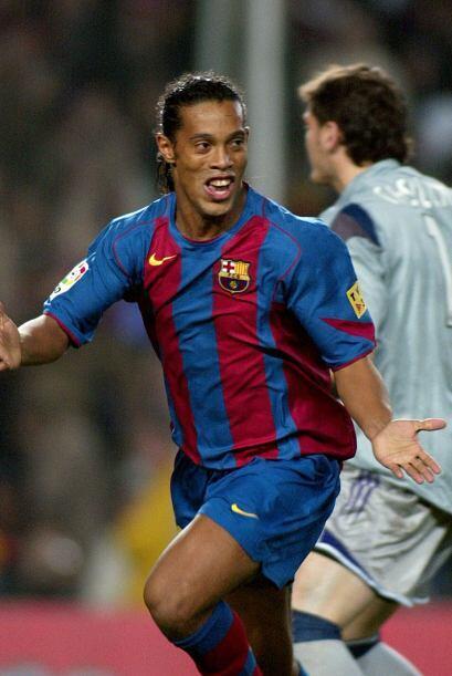 La clásica sonrisa de Ronaldinho, ante el lamento de Casillas.