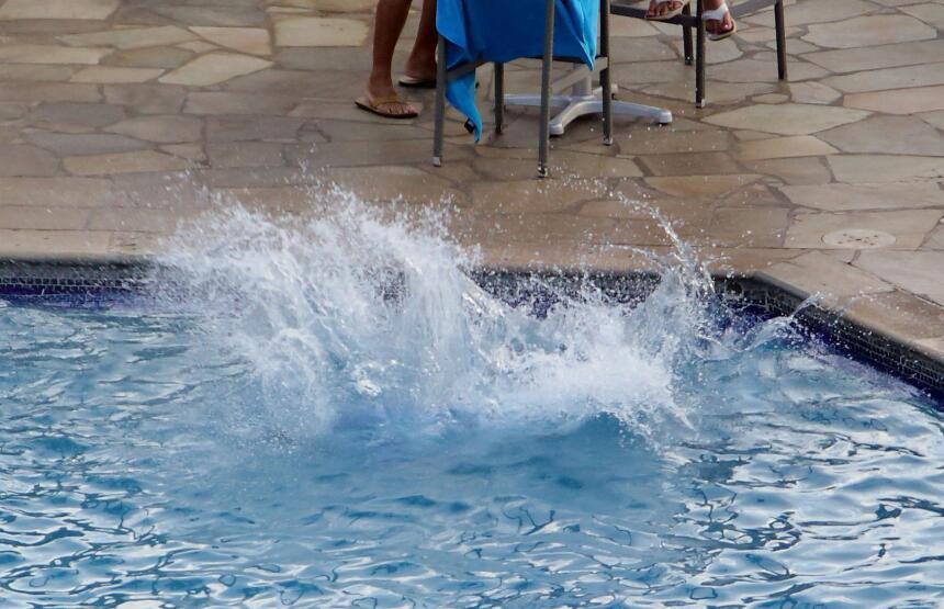 Zac Efron se cae a la piscina