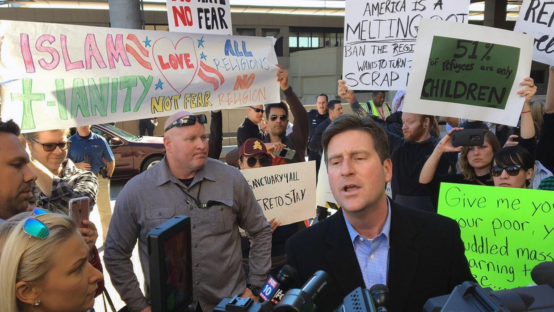 El alcalde de Phoenix, Greg Stanton se une a otros alcaldes del país en...