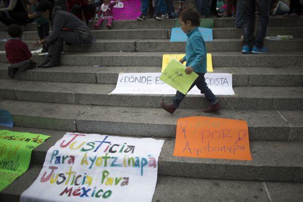 Activistas en México continúan sus movilizaciones en honor a los 43 norm...