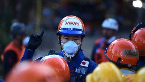 Un rescatista japonés colabora en la retirada de escombros en Ciudad de...