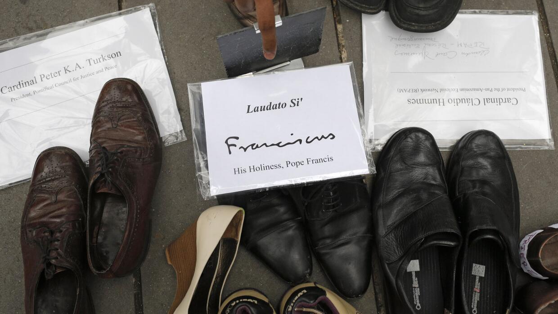 Entre los zapatos, había unos del papa Francisco