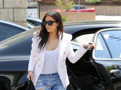Encontramos a Kim presumiendo pierna con unos jeans muy reveladores. Mir...