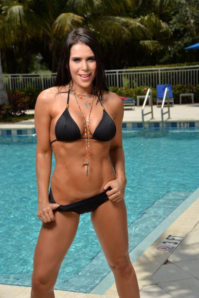 Con ese sensual bikini negro hace temblar la voz a todos los hombres que...