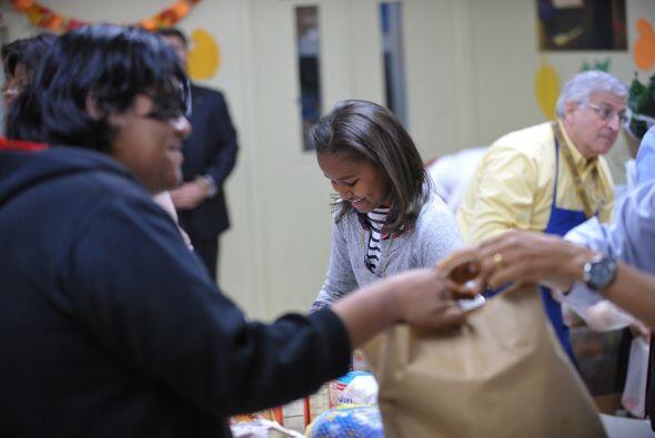 Las hijas del presidente ayudaron a preparar las bolsas.