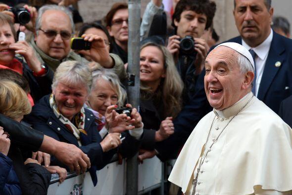 Sonriendo al llegar para celebrar una misa en Roma. Así de cerquita pued...