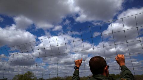Un agente fronterizo inspecciona un terreno en Falfurrias, Texas, unas m...