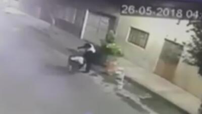 En video: Sujeto lanza el cuerpo de una mujer a un basurero en México