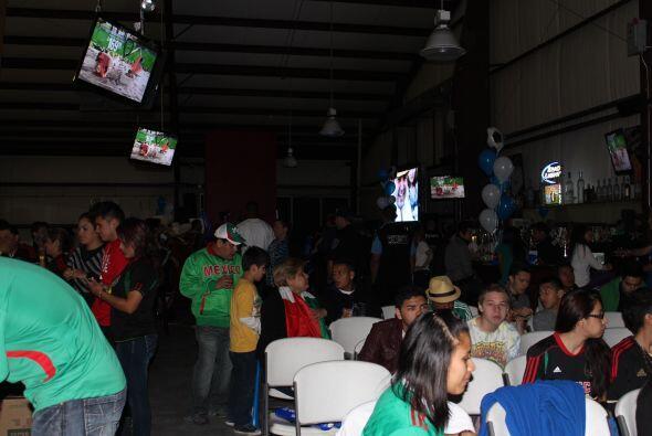 Nos fuimos a un  watch party  con los hinchas de ambos equipos y celebra...