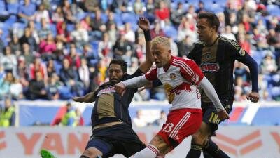 Mike Grella ante Philadelphia Union