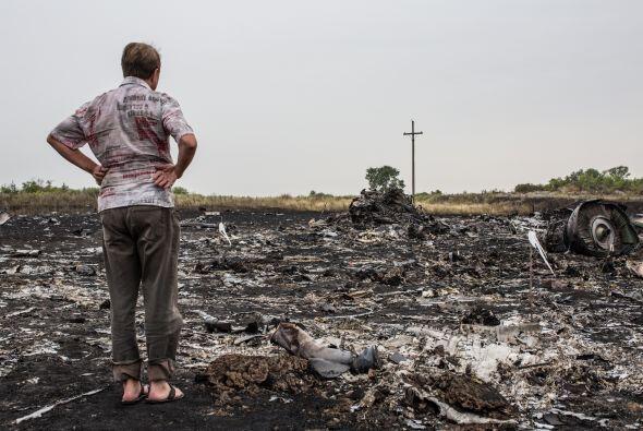 Habitantes de la zona caminaban entre los restos del avión.