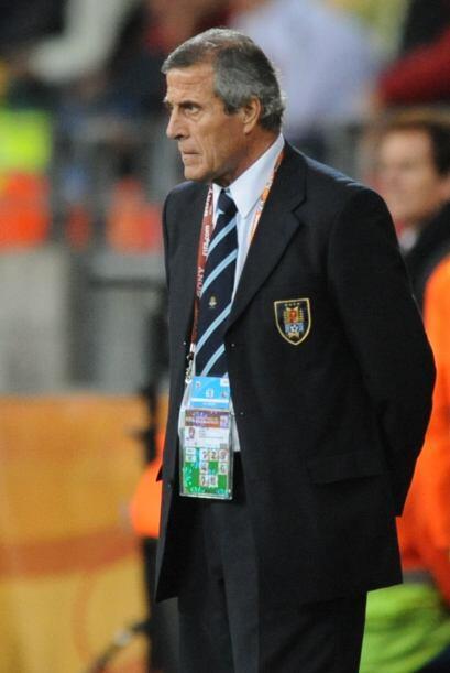 Otro que continúa en el cargo, Oscar Tabárez, el cuarto puesto de Urugua...