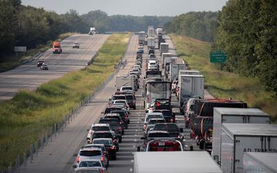 Las carreteras en EE.UU. experimentan altos flujos de automóviles...