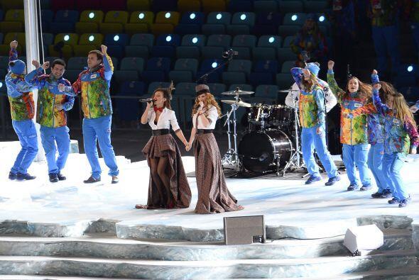 En una provocativa elección, las cantantes rusas Tatu se presentaron ant...