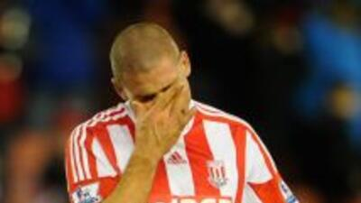 Jonathan Walters se lamenta luego de fallar el penalti que completó un p...