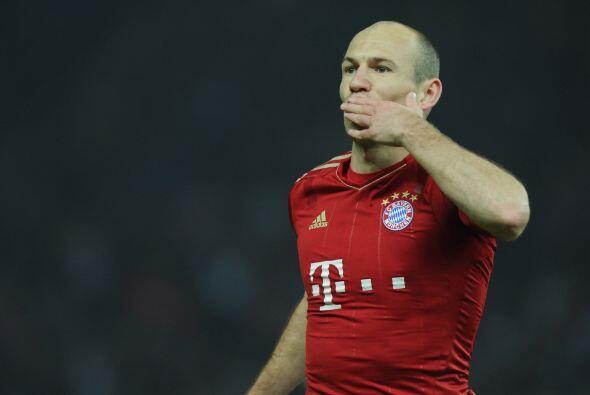 La mitad del campo inicia con el holandés Arjen Robben.