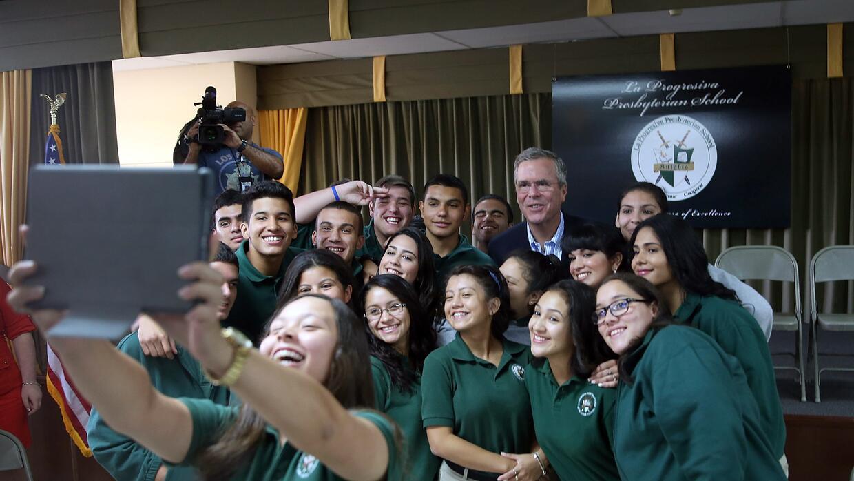 Alumnos de una escuela de Miami se hacen un selfie con Jeb Bush