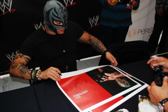 Las firmas de autógrafos de Rey Misterio han desatado el caos en centros...