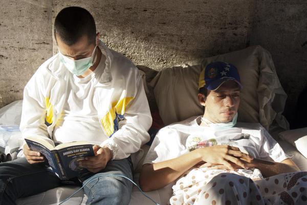 Venezolanos en huelga de hambre frente al Vaticano