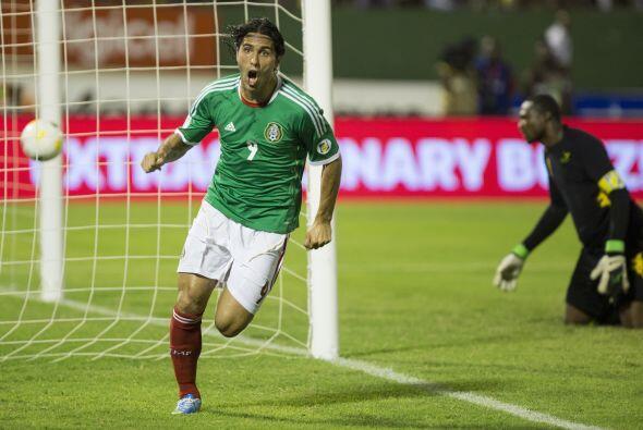 ALDO DE NIGRIS.- Por último aparece el el delantero de Chivas, un hombre...