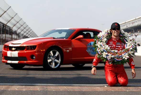 Franchitti posó con la girnalda del ganador ante el Chevy Camaro, el 'Pa...