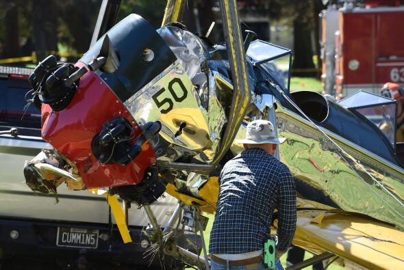 Los expertos levantaron los restos del avión y los colocaron en una cami...