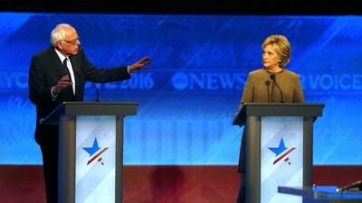 El precandidato presidencial Bernie Sanders, izquierda, se disculpa con...