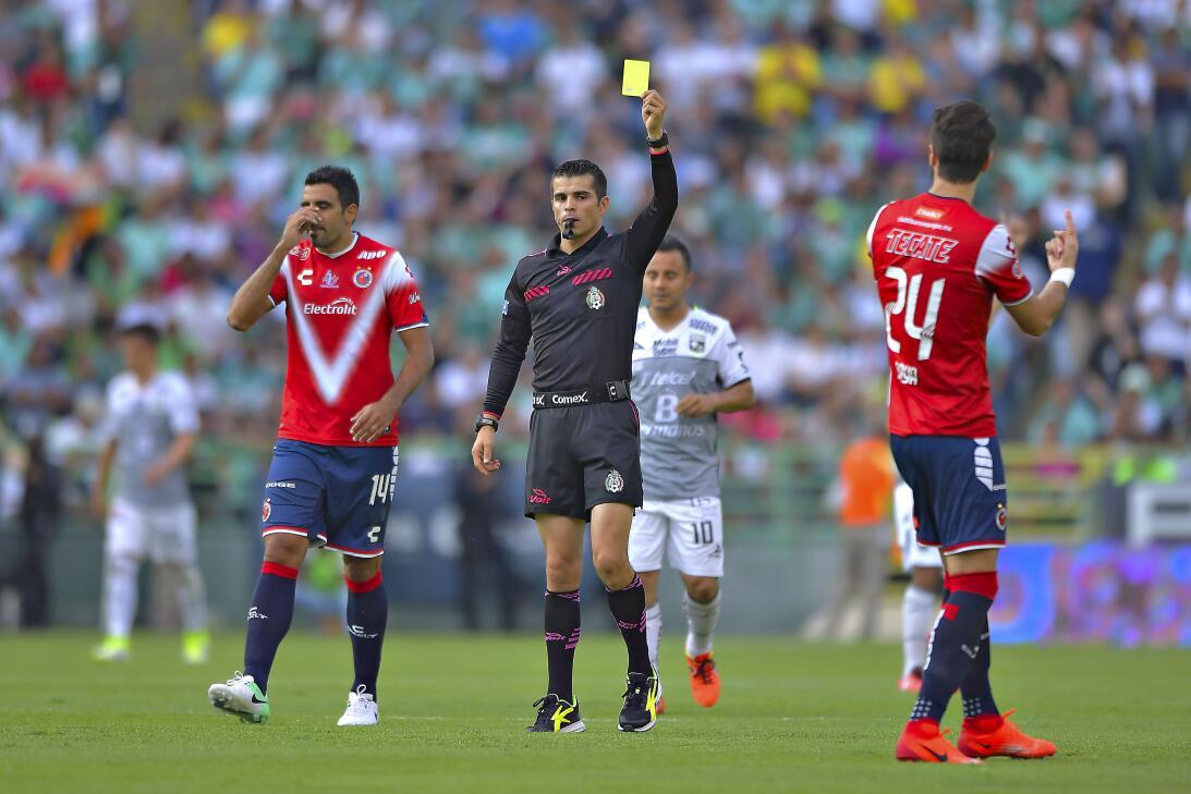 León golea en 20 minutos de gloria Arbitro Fernando Gomez.jpg