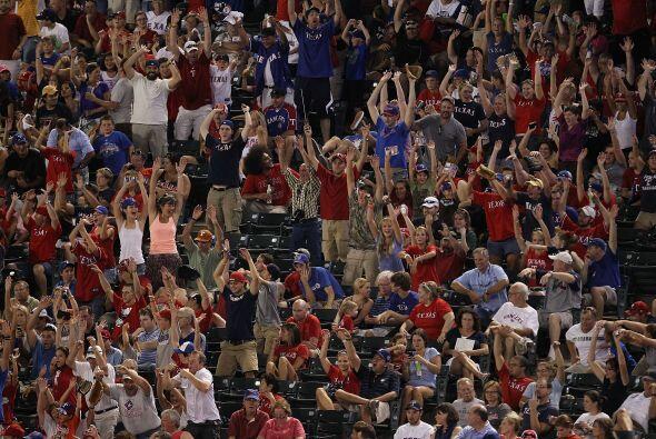 Los aficionados de los Rangers intentan la ola en la tribuna... sin much...