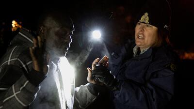 """Inmigrantes desafían el frío y la nieve para """"estar a salvo"""" en Canadá (FOTOS)"""