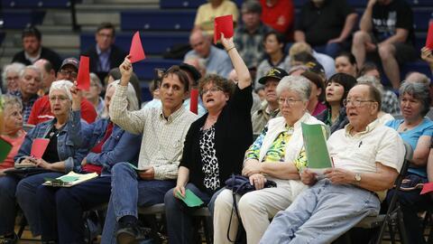 Los miembros de la audiencia de un town hall en Iowa exponen su rechazo...