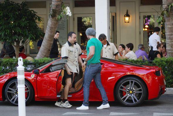 Ya cuenta con un hermoso Ferrari rojo. Más videos de Chismes aquí.