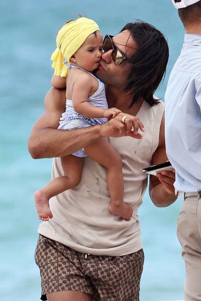 Llenó de besos y abrazos a su pequeña Dominique. Todos sob...