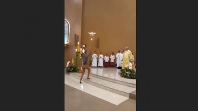El insólito vuelo de un dron en una iglesia de Brasil cargando una hostia hasta el altar