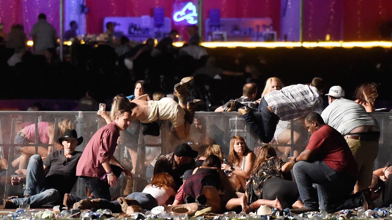 La gente intentando protegerse del tiroteo en el festival de música coun...