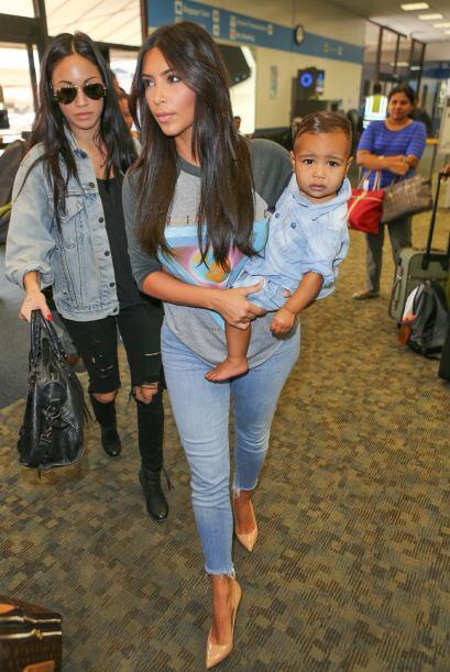 Cuando pasea con su hija, Kim se ve radiante y feliz.