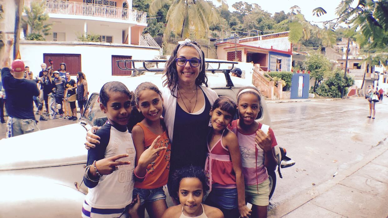 Anna Robbins junto con cinco niñas cubanas que desan aprender a montar p...