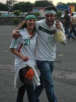 Entre el 10 de Cuauhtémoc y el 21 de Nery este par de enamorados...