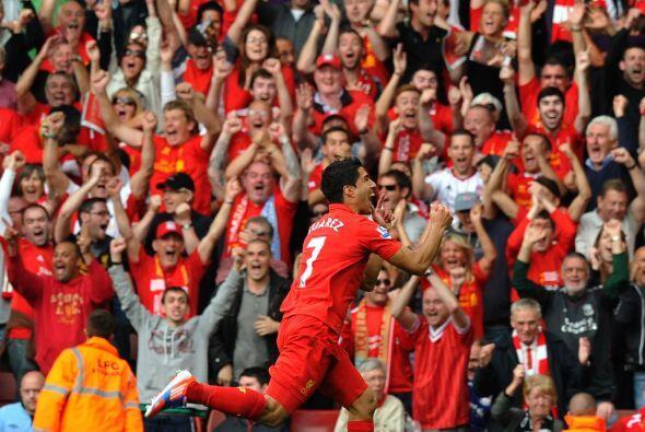 El júbilo del público por el gol del uruguayo Luis Suárez del Liverpool...