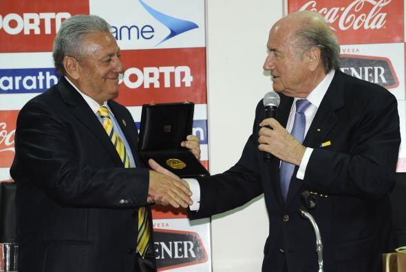 Blatter tomó el micrófono y dijo: ´ es un día histórico en la ciudad de...