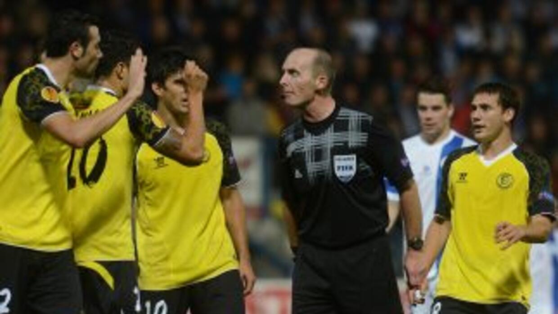 El cuadro español no paraba de reclamarle al árbitro del partido.