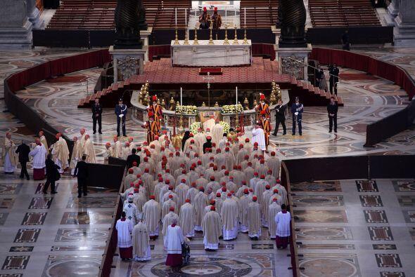 Tras la misa, el Papa y los cardenales se dirigieron al interior de la B...